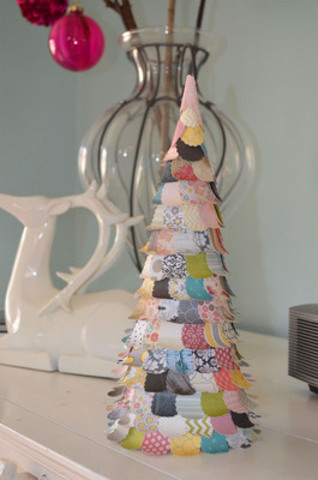 Make a beautiful tree decoration out of old greeting cards. Toronto Hydro shows you how. (CNW Group/Toronto Hydro Corporation)