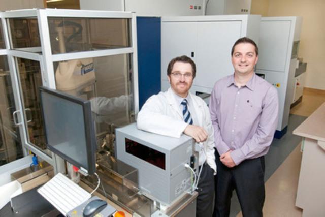 Légende : Jean-François Gagnon, directeur du laboratoire de microbiologie, et le Dr Gilles Pelletier, microbiologiste et spécialiste des maladies infectieuses, à côté du WASPLab (Groupe CNW/Copan Diagnostics, Inc.)