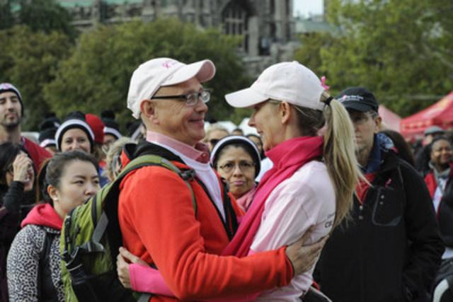 Nancy Barber, survivante d'un cancer du sein e est applaudie par son époux et par des milliers d'autres personnes après le discours qu'elle a prononcé lors de la Course a la vie de la Fondation canadienne du cancer du sein à Toronto. (Groupe CNW/Canadian Breast Cancer Foundation CIBC Run for the Cure)