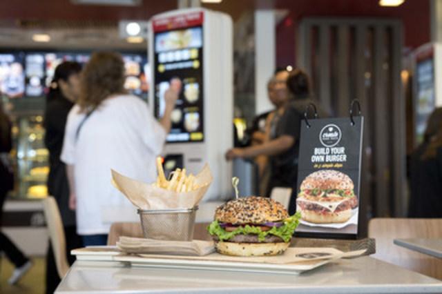 Dans le cadre de la transformation continue de sa marque, McDonald's Canada lance un nouveau menu Créez à votre goût qui permet aux clients de créer leur propre hamburger gourmet en choisissant parmi près de 30 ingrédients de qualité. Créez à votre goût sera lancé dans environ 1 000 restaurants au Canada d'ici la fin de 2017. (Groupe CNW/McDonald's Canada)