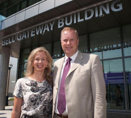 George Cope, président et chef de la direction de Bell et de BCE et Mary Deacon, présidente de l'initiative en santé mentale Bell Cause pour la cause à l'inauguration du nouvel édifice Bell Gateway au Centre de toxicomanie et de sante mentale. (Groupe CNW/BELL CANADA)