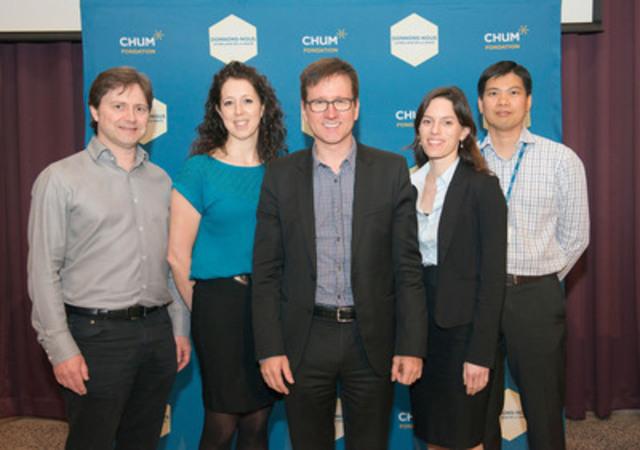 Le Dr Alain Bouthillier (au centre) est accompagné de membres du Groupe d'épilepsie du CHUM : Dr Patrick Cossette, Nancy Lévesque, Dre Arline-Aude Bérubé et Dr Dang K. Nguyen. (Groupe CNW/Fondation du CHUM)