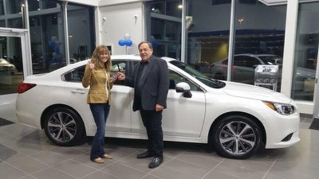 Anne Brewster a gagné le véhicule dans le cadre du partenariat unique entre SCI et Canada Dry Mott's Inc. Mme Brewster a pris possession de sa toute nouvelle Subaru Legacy 2016 auprès de sa concession locale, à Moncton (N.-B.). (Groupe CNW/Subaru Canada Inc.)