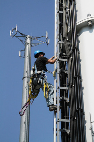 A Bell technician installs 4G LTE network equipment at a cell site in an industrial area in suburban Toronto. Bell's LTE network launches September 14 (CNW Group/BCE & BELL CORPORATE & FINANCIAL)