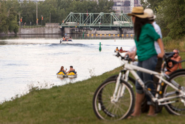 Bicycles and kayaks at the Lachine Canal. Everything you need for a truly fantastic experience! (Parks Canada). (CNW Group/Agence Parcs Canada - Unité des voies navigables)