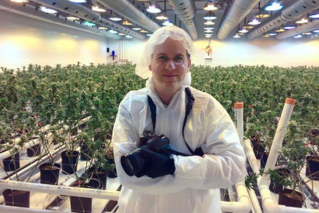 Ezra Soiferman, artiste en résidence au travail dans une salle en floraison à Smiths Falls, en Ontario (Groupe CNW/Canopy Growth Corporation)