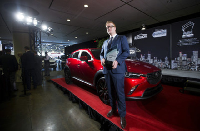 Le directeur, Marketing de Mazda Canada, Vincent Reboul, accepte le prix remporté par le CX-3. Photo : Michelle Siu (Groupe CNW/Mazda Canada Inc.)