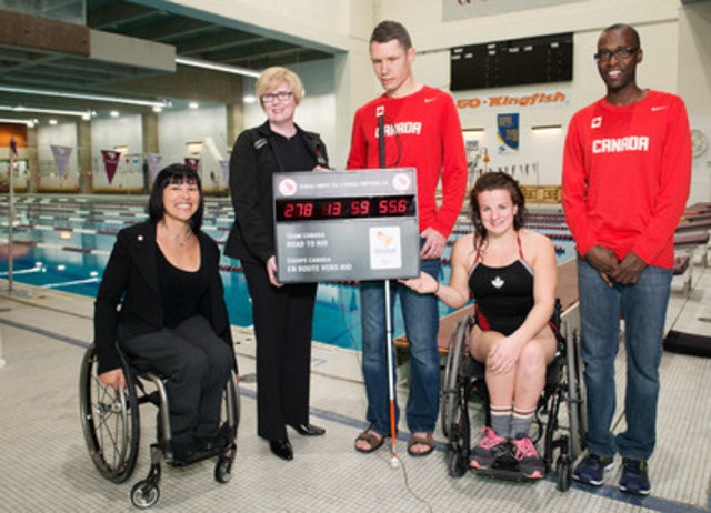 Chantal Petitclerc, along with the Honourable Carla Qualtrough, Minister of Sport and Persons with Disabilities, visually-impaired national team runner Jason Dunkerley and his guide Josh Karanja stopped by the University of Ottawa pool to cheer on Rio hopeful swimmer Camille Bérubé in her training. (CNW Group/Canadian Paralympic Committee (CPC))