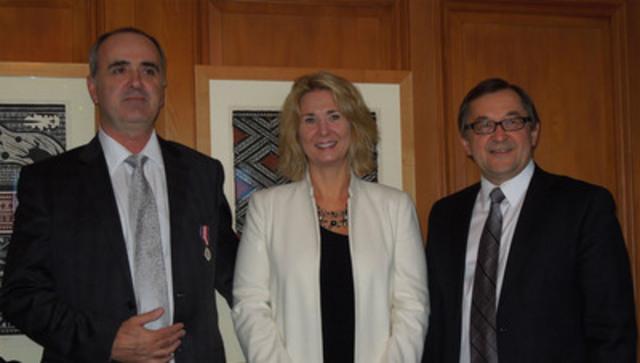 À gauche, le président de l'ACAF Milt Isaacs recevant sa Médaille du jubilé de diamant de la reine en compagnie de son épouse Carla et du présentateur, le député Ed Komarnicki (Groupe CNW/ASSOCIATION CANADIENNE DES AGENTS FINANCIERS (ACAF))