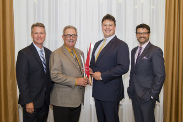 Tom Payne et Cal Harvey (centre) de Modus Structures et René C. Leduc, Vice-président, Restructuration d'entreprise, BDC (à gauche), et  Michael Hanlon, Président, Association de redressement d'entreprises – Montréal (à droite) (Groupe CNW/Banque de développement du Canada)