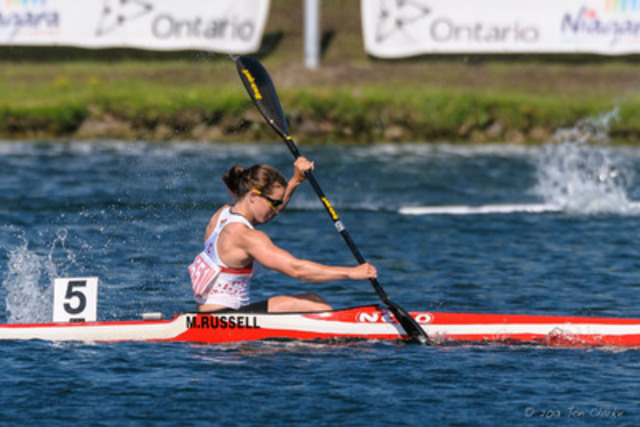 Michelle Russell, 23, spécialiste de la course en ligne en kayak et membre de l'Équipe de relève CIBC, montre qu'elle est prête lors d'une compétition avant les Jeux. (Groupe CNW/Banque Canadienne Impériale de Commerce)