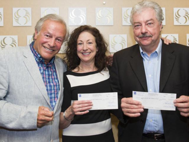 M. Yves Corbeil en compagnie des gagnants, Mme Michelle Proulx et M. Gilbert Grondin. (Groupe CNW/Loto-Québec)
