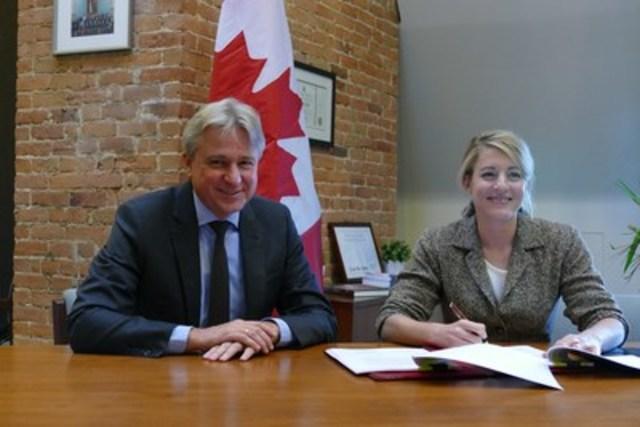 Juergen Boos, PDG, Foire du livre de Francfort et l'Honorable Mélanie Joly (Ministre du Patrimoine canadien) lors de la cérémonie de signature. Image: Thomas Minkus (Groupe CNW/CanadaFBF2020)