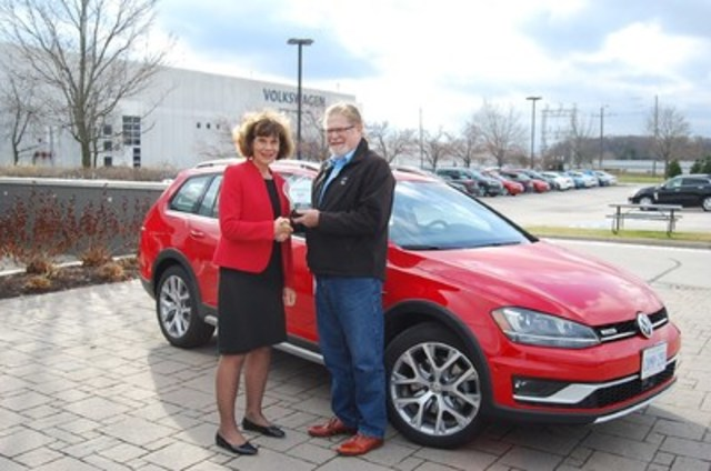 BEST NEW LARGE CAR Volkswagen Golf (Alltrack), with 680 points, and scoring highest in Exterior Styling, Throttle and Engine & Transmission Performance. 2nd place Chevrolet Malibu Hybrid with 674 points. 3rd place Kia Optima HEV with 672 points. (Left: Maria Stenström, President and CEO of Volkswagen Group Canada Inc., Right: David Taylor, CCOTY Committee Member) (CNW Group/Automobile Journalists Association of Canada)