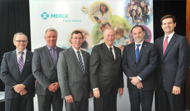 De gauche à droite : M. Philippe Gros, Ph. D. ; Pr. Daniel Bourbonnais ; Pr. Jean-Pierre Perreault, Ph. D ; M. Denis Brière ; M. Pierre Duchesne ; Dr Thomas R. Cannell (Groupe CNW/Merck)