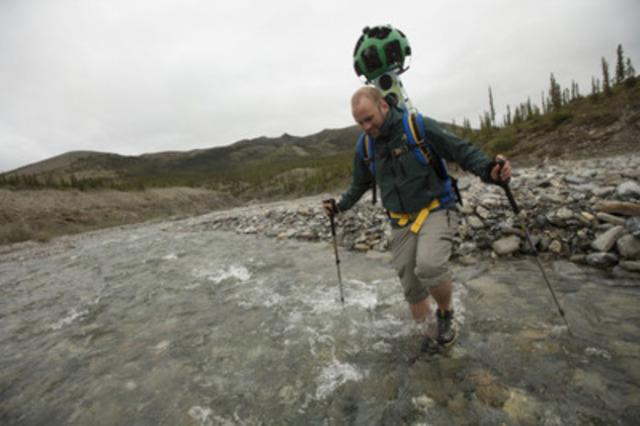 Un membre de l'équipe de Parcs Canada recueille des images du Nord et de lieux éloignés pour le projet Street View de Google dans le Parc national Ivvavik au Yukon.  (Groupe CNW/Parcs Canada)