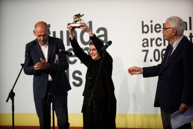 Phyllis Lambert recevant le lion d'or d'honneur à la Biennale de Venise, aux côtés de Rem Koolhaas (à gauche) et de Paolo Baratta (à droite). © Italo Rondinella.  Photo courtoisie de la Biennale de Venise. (Groupe CNW/Centre Canadien d'Architecture)