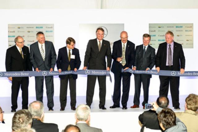 Mercedes-Benz Canada a inauguré officiellement aujourd'hui la première installation au monde consacrée à la production et au développement technologique d'empilements de piles à combustible à Burnaby, en Colombie-Britannique. (De gauche à droite) Klaus A. Berger, vice-président, division des piles à combustible, Mercedes-Benz Canada; Dieter Steegmuller, responsable de la production, des composants et des opérations, piles à combustible, Daimler; Herbert Kohler, vice-président, groupe Recherche et durabilité, et chef de l'environnement, Daimler; Tim A. Reuss, président et directeur général, Mercedes-Benz Canada; Pat Bell, ministre de l'Emploi, du Tourisme et de l'Innovation de la Colombie-Britannique; John W. Sheridan, président et chef de la direction, Ballard Power Systems; Ian Potter, vice-président, division du génie, Conseil national de recherches du Canada. (Groupe CNW/Mercedes-Benz Canada Inc.)
