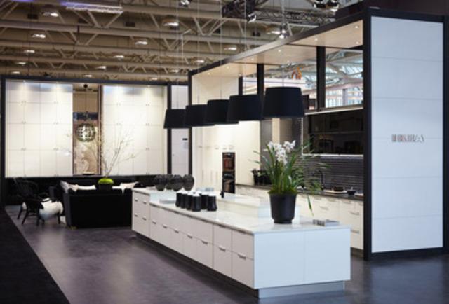 Le kiosque d'IKEA à l'Interior Design Show 2012 de Toronto s'inspire de la classique robe noire rehaussée de perles. On y présente la toute dernière création d'IKEA en matière de portes d'armoires en verre noir avec un fini d'un ton crème ultrabrillant. (Groupe CNW/IKEA Canada)