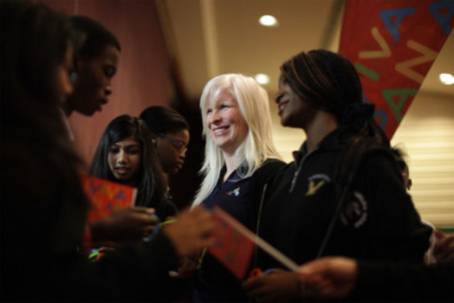 La paralympienne Chelsey Gotell salue l'école secondaire catholique Don Bosco (Groupe CNW/Jeux pan/parapanaméricains de Toronto 2015)