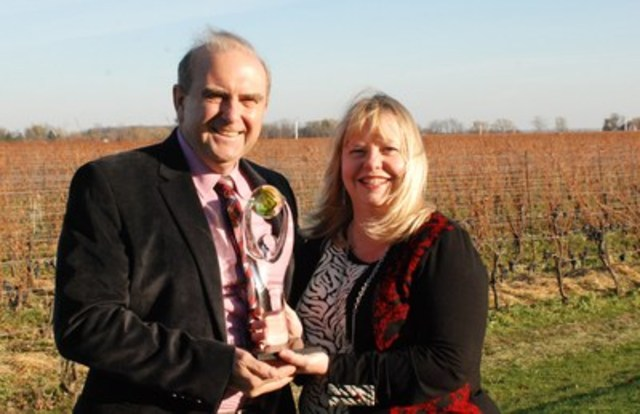 Niagara Culinary Tours brings home 2015 Ontario Culinary Tourism Experience Award. From left co-owners Steven Lovelace and Kimberley Gunning (CNW Group/Niagara Culinary Tours)