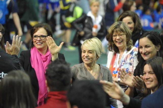 Sur la photo de gauche à droite : Mme Lucie Charlebois, Ministre déléguée à la réadaptation, à la protection de la jeunesse, à la santé publique et aux saines habitudes de vie, Mme Sylvie Bernier, Ambassadrice saines habitudes de vie, Québec en Forme et Mme Monique Lefebvre, directrice générale d'AlterGo et fondatrice du Défi sportif AlterGo (en arrière). (Groupe CNW/Défi sportif AlterGo)