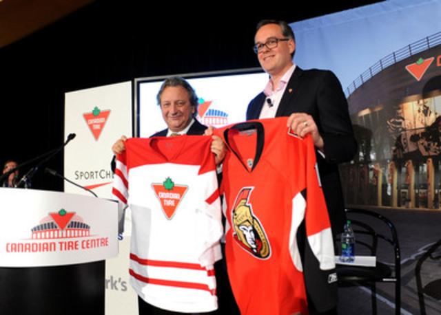 Le propriétaire des Sénateurs, Eugene Melnyk, et Duncan Fulton, vice-président principal, Affaires de la Société, Société Canadian Tire, échangent des chandails de hockey lors de la conférence de presse où a été annoncé un nouveau partenariat à long terme. L'aréna d'Ottawa, haut lieu du sport et du divertissement, sera renommé Centre Canadian Tire (Groupe CNW/SOCIETE CANADIAN TIRE LIMITEE)