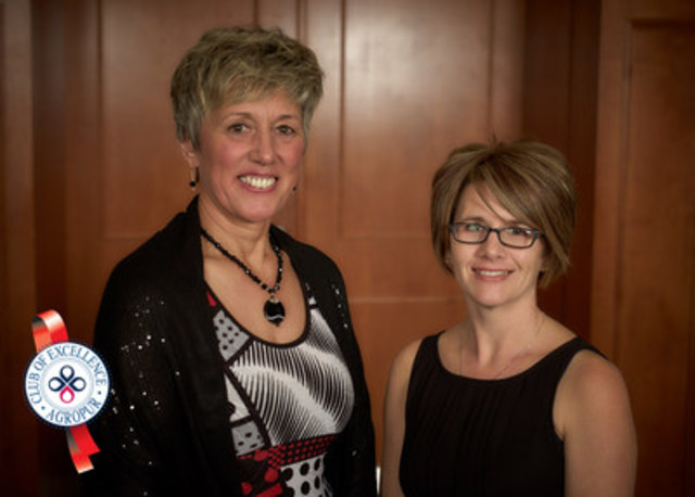 From left to right: Jeannie van Dyk, vice-president and Sebrina Robinson from Wards Creek, N.-B. (honourable mention) (CNW Group/Agropur)