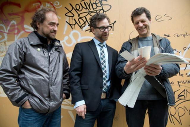 L'auteur Michel Rabagliati, le maire de Rosemont-La Petite-Patrie, François William Croteau et le peintre Jérôme Poirier en train de visualiser les couleurs de la future murale. (Groupe CNW/Ville de Montréal - Arrondissement de Rosemont - La Petite-Patrie)