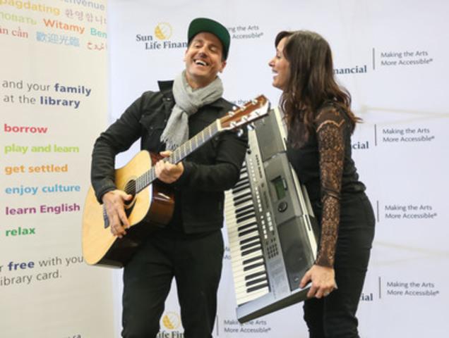 Gagnants des prix Juno, Raine Maida et Chantal Kreviazuk participent au lancement du Programme de prêt d'instruments de musique en bibliothèques - Financière Sun Life. (Groupe CNW/Financière Sun Life Canada)