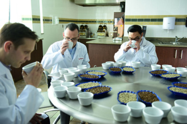 Les maîtres torréfacteurs chez Tim Hortons goûtent à plus de 225 000 tasses de café chaque année pour assurer la saveur, la qualité et la consistance à chaque tasse Tim Hortons servie. (Groupe CNW/Tim Hortons)