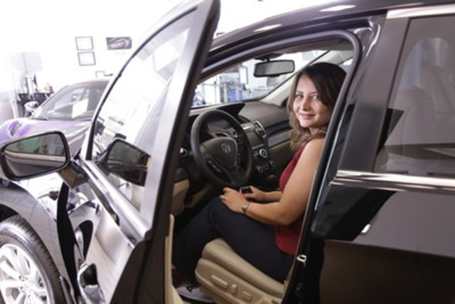 Baharak Ayenesima, cliente d'Acura, dans sa nouvelle Acura RDX 2017, le 500 000e véhicule de la marque vendu au Canada. (Groupe CNW/Acura)