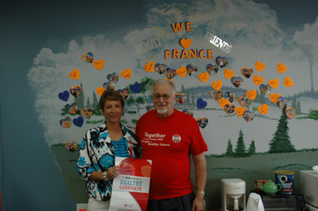 Healthy Candidates Ambassador, France Gélinas and constituent (CNW Group/Heart and Stroke Foundation)