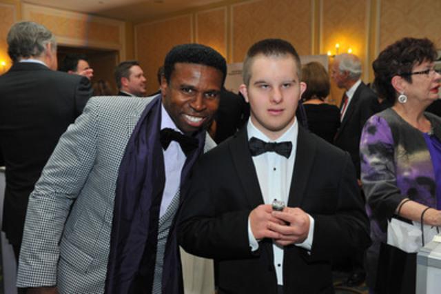 """Michael """"Pinball"""" Clemons et un invité prennent part aux festivités de LIMITLESS: le Gala d'Olympiques spéciaux Canada. (Groupe CNW/Olympiques spéciaux Canada)"""