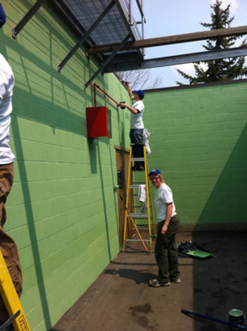 Lowe's team and volunteers build the first Women's Change Room at Frank McCool Hockey Arena. (CNW Group/Lowe's Canada)