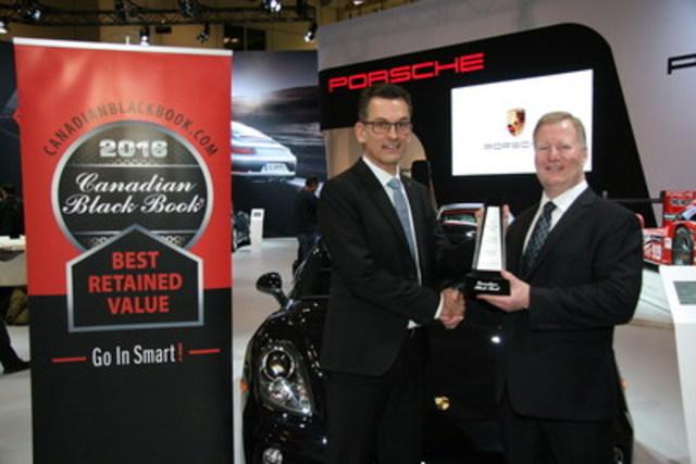 Brad Rome de Canadian Black Book présente à Alexander Pollich, président et chef de la direction de Porsche Cars Canada, Ltd. un prix destiné à la Cayman pour la meilleure valeur de revente dans sa catégorie en 2016 lors du salon international de l'auto du Canada à Toronto le jeudi 11 février 2016. (Groupe CNW/Automobiles Porsche Canada)
