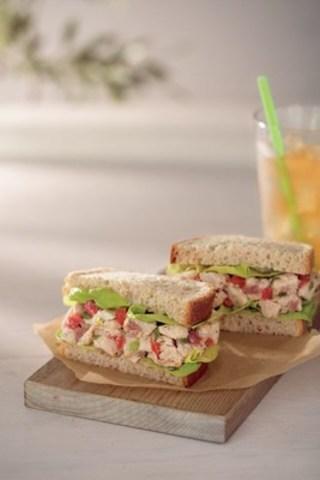 NOUVEAU! Sandwich salade de poulet façon BLT (Groupe CNW/Starbucks Coffee Canada)