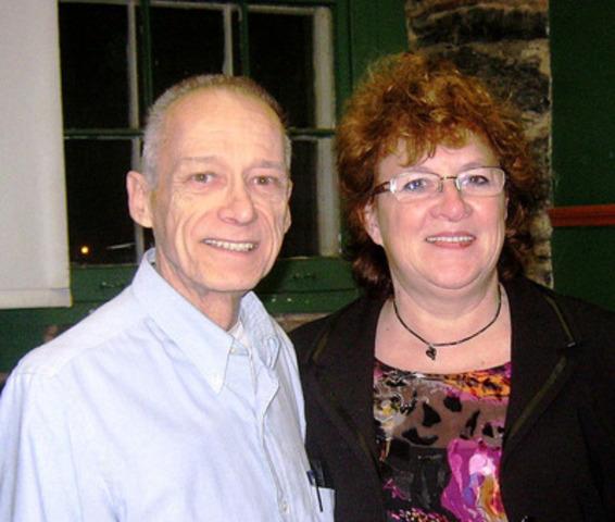 Marcel F. Raymond (1943-2012) en compagnie de Denise de Repentigny, qui opère maintenant la maison d'éditions MFR et en assure la continuité. (Groupe CNW/Alliance québécoise des éditeurs indépendants)