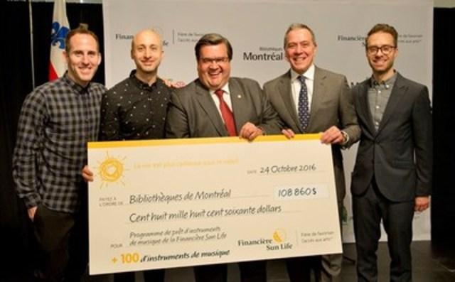 Le maire de Montréal, Denis Coderre, et Robert Dumas de la Financière Sun Life se sont joints à Jeff Stinco, Sébastien Lefebvre et Chuck Comeau de Simple Plan pour le lancement du Programme de prêt d'instruments de musique en bibliothèques – Financière Sun Life à Montréal. (Groupe CNW/Financière Sun Life Canada)
