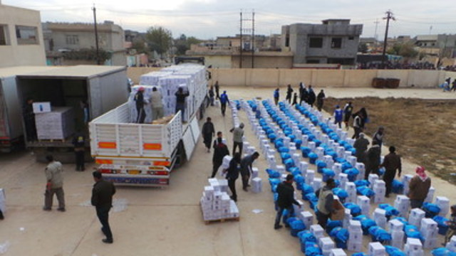 Operations by UN partners, including UNICEF, get underway in the single largest humanitarian aid delivery in eastern Mosul since the current conflict began. WFP/Haider Alithawi. (CNW Group/UNICEF Canada)