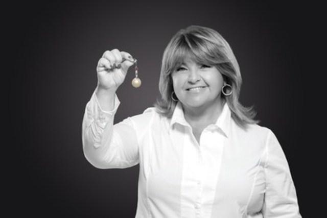 Lise Dion est la porte-parole du Mémo-mamo de la Société canadienne du cancer. Ce porte-clés rappelle aux femmes l'importance de la mammographie. La perle blanche représente la grosseur moyenne d'une bosse découverte par une femme qui examine ses seins, alors que la petite perle rose est ce que la mammographie peut déceler. (Groupe CNW/Société canadienne du cancer (Division du Québec))