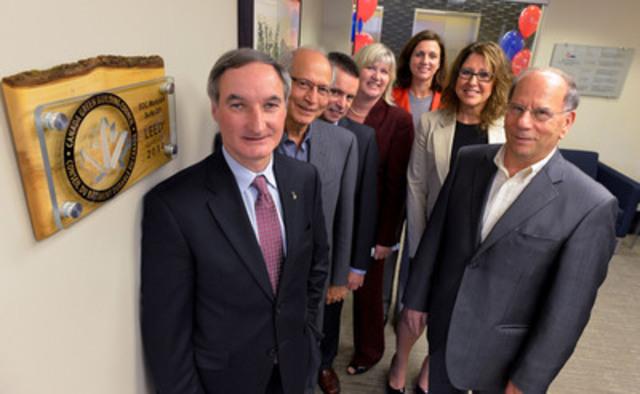 Des employés de BDC et dirigeants de Times Group Corporation assistent au dévoilement d'une plaque soulignant la certification LEED du centre d''affaires BDC à Markham (Groupe CNW/Banque de développement du Canada)