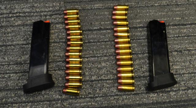 Les deux chargeurs de pistolet semi automatique prohibés saisis par l'ASFC. (Groupe CNW/Agence des services frontaliers du Canada)