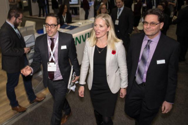 L'honorable Catherine McKenna, ministre fédérale de l'Environnement et du Changement climatique, prononce un discours pendant le dîner-causerie du 32e Congrès annuel et salon professionnel de l'Association canadienne de l'énergie éolienne (CanWEA) à Calgary, le mercredi 2 novembre 2016. Elle a parlé de l'important rôle de l'énergie éolienne dans les efforts déployés par le gouvernement du Canada pour lutter contre les changements climatiques. Bryan Passifiume/CanWEA (Groupe CNW/Association canadienne de l'énergie éolienne)