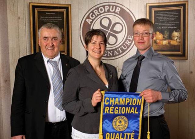 De gauche à droite : M. Darie Gagné, administrateur, Mme Isabelle Lahaie etM. Daniel Gagnon. (Groupe CNW/AGROPUR)