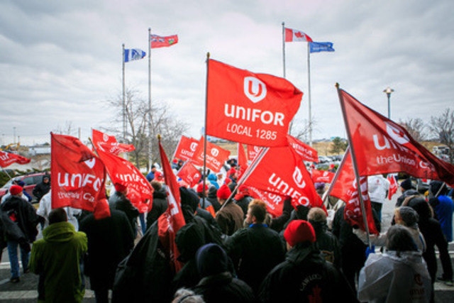 Hundreds rally at Pearson airport against layoffs and pay cuts (Photo credit: Jennifer Rowsom) (CNW Group/Unifor)