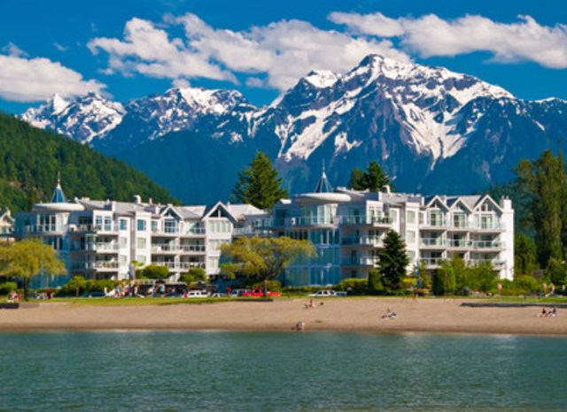 Travellers took in the scenic wilderness views in Harrison Hot Springs for 13% less per night in the first half of 2015 compared to the same period in 2014. (CNW Group/Hotels.com)