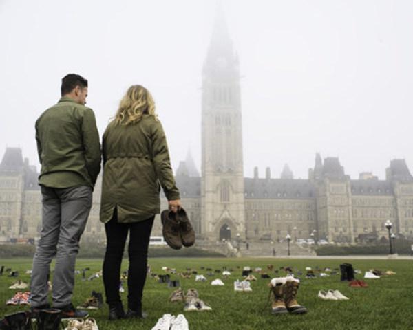 Adam Garone et Sue Johnson disposent des chaussures sur la Colline du Parlement. (Groupe CNW/Movember Canada)