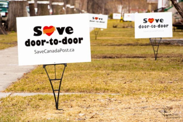 'Save door-to-door' lawn sign are springing up on Winnipeg lawns and streets throughout the country. Photo credit: Jonah O'Neil (CNW Group/Canadian Union of Postal Workers)