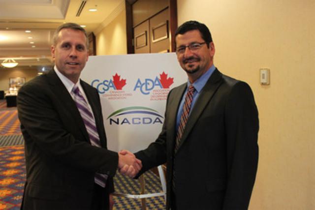 L'Association nationale des distributeurs aux petites surfaces alimentaires (NACDA) a annoncé aujourd'hui son intention de conclure une entente d'affiliation avec l'Association canadienne des dépanneurs en alimentation (ACDA). Alex Scholten, président de l'ACDA (à gauche), souhaite la bienvenue à Raymond Bouchard, président du Conseil d'administration de NACDA. L'affiliation va permettre à l'industrie de parler d'une voix plus forte auprès des gouvernements et politiciens sur des enjeux tels la surréglementation, les frais excessifs de cartes de crédit ainsi la contrebande de tabac. (Groupe CNW/Association canadienne des dépanneurs en alimentation (ACDA))